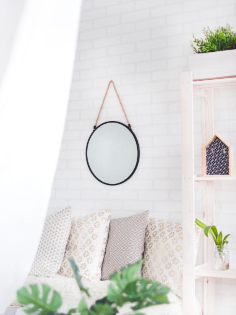 choix des objets déco miroir rond sur mur blanc