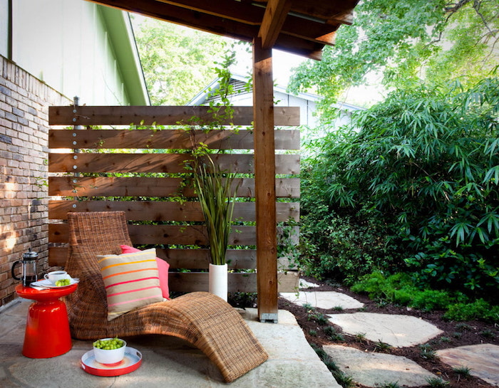 cloture de jardin panneau occulant de bois chaise longue rotin