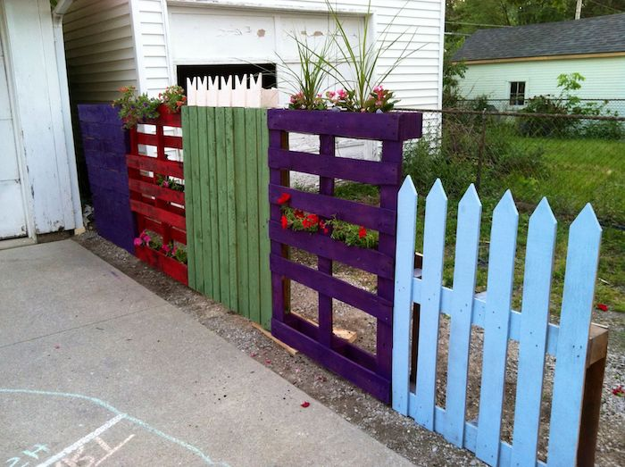 cloture palissade jardin de palettes de bois peints avec jardinières