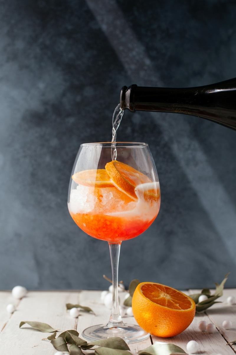 cocktail avec prosecco spritz ingredients bouteuille glaçons agrume orange