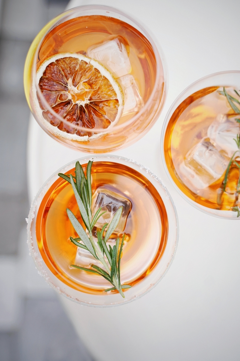 cocktail italien composition spritz ingrédients romarin herbes glaçons