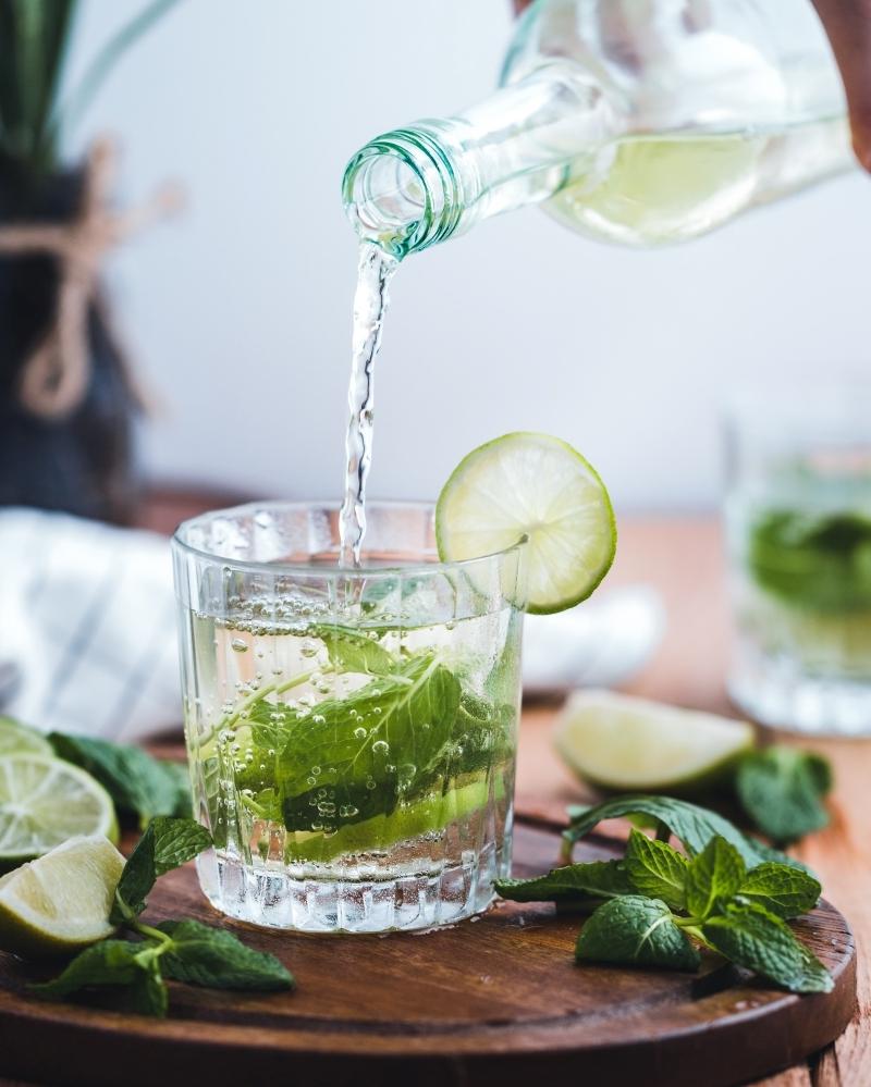 cocktail menthe citron préparation boisson été facile eau gazeuse menthe fraîche