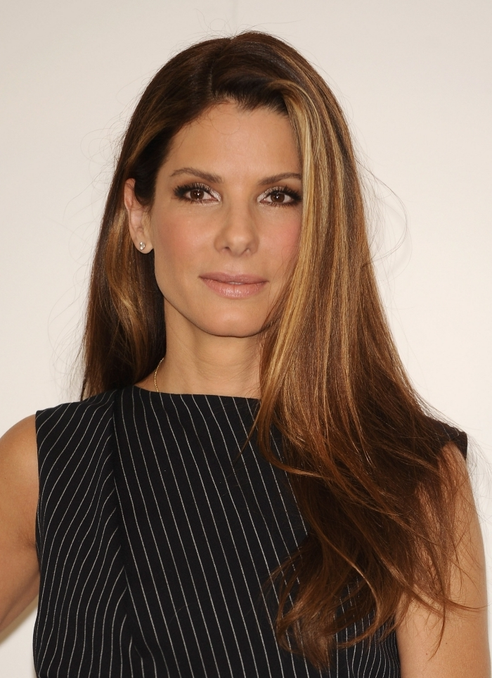 coiffure celebrité sandra bullock brushing glamour robe noire rayures maquillage yeux smoky