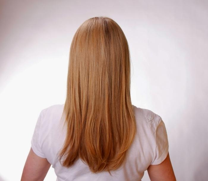 coiffure maison cheveux lisses coupe de cheveux femme long t shirt blanc coloration blonde