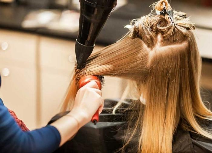 coloration blonde technique coiffure brushing coupe cheveux long seche cheveux brosse ronde