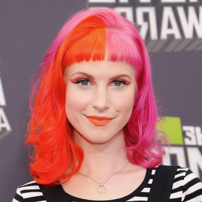coloration cheveux moitié rouge moitié rose avec frange droite