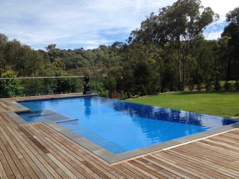 comment aménager le tour d une piscine revêtement de bois simple pour la piscine