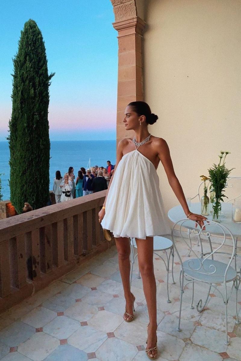 comment avoir un beau bronzage une modèle avec peau hâlé en robe blanche