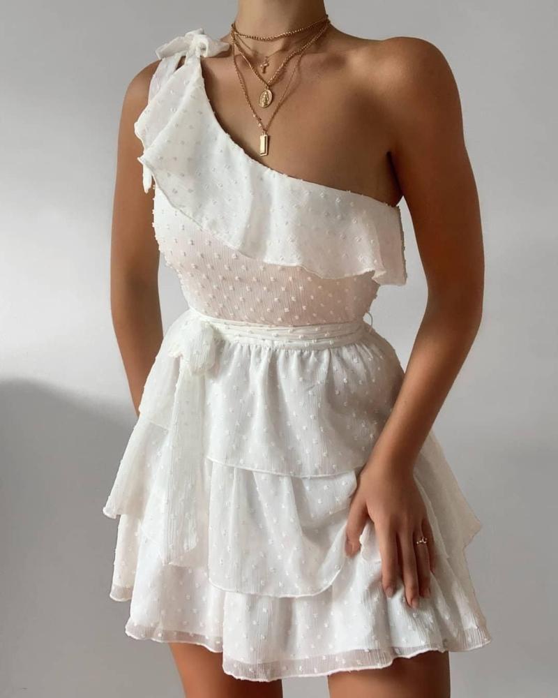 comment avoir un beau bronzage une modèle vetue d une robe blanche
