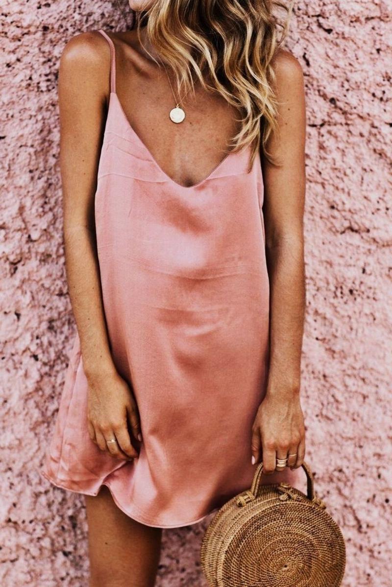 comment bien bronzer une femme qui porte une robe rose
