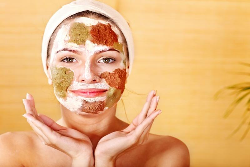 comment bronzer du visage une femme qui utilise des exfoliants