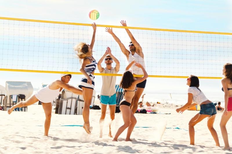 comment bronzer rapidement gens qui font du volley ball à la plage