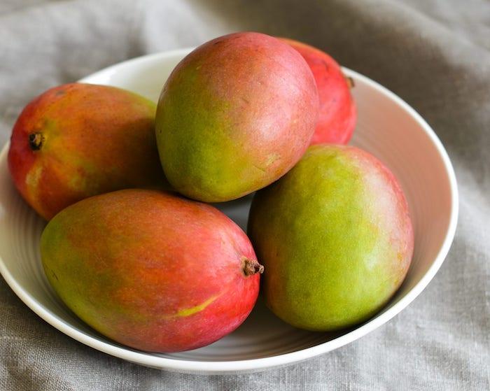 comment choisir une mangue des mangues bien mûres dans un grand bol