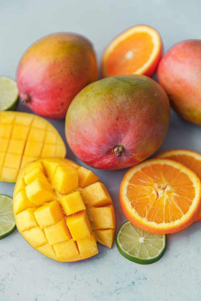 comment couper une mangue oranges limes et mangues sur un plan de travaile