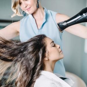 Le brushing pour femme : règles d'or pour le réaliser facilement chez soi