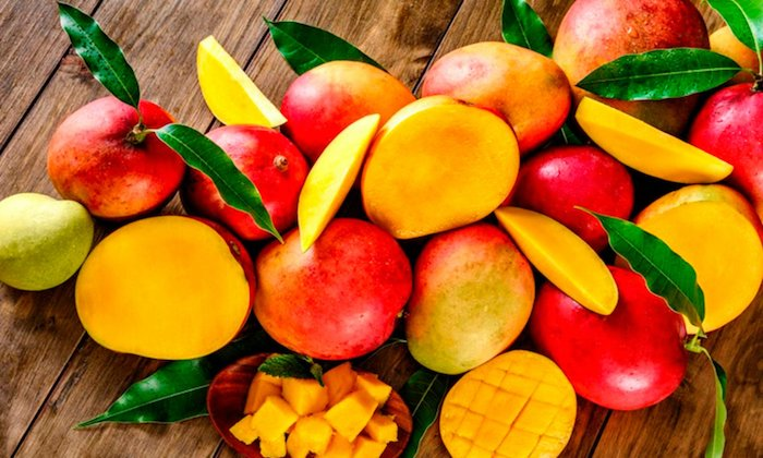 comment eplucher une mangue des mangues bien mûres coupées en dés et en tranches