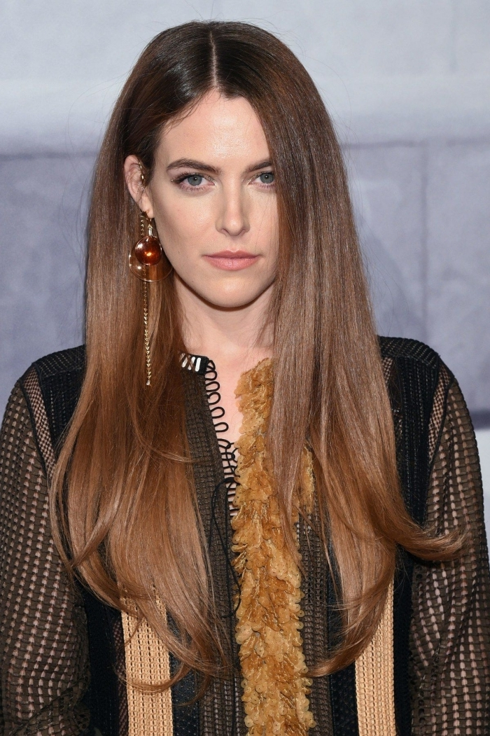 comment faire un brushing sur cheveux longs brushing lisse boucles d oreilles massives coiffure célébrité