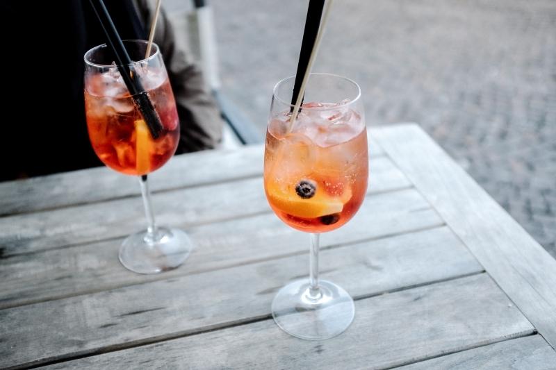 comment faire un spritz table bois terrasse diner apéro boisson glaçons