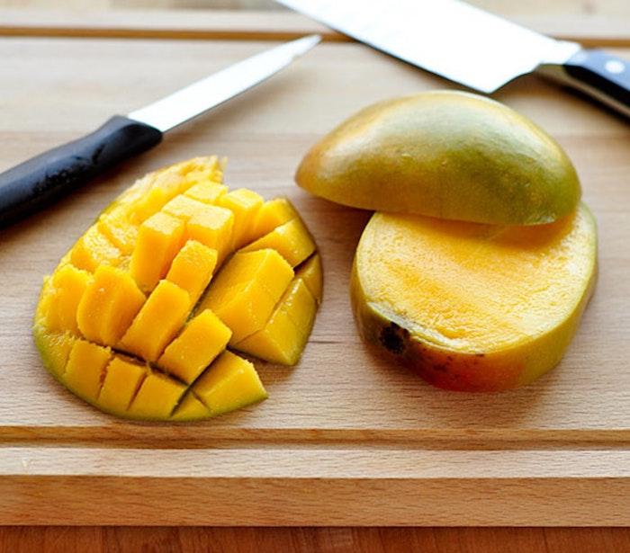 comment préparer une mangue en le coupant en dés et en tranches