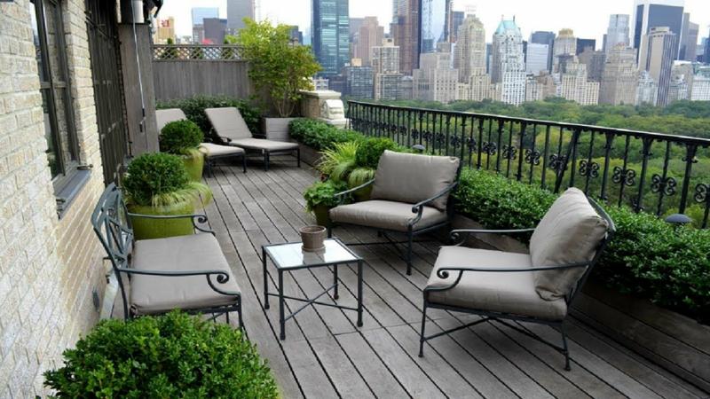 comment se cacher des voisins rapidement un balcon avec une tables et des chaises