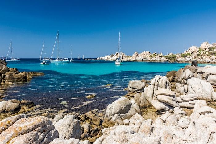 corsica littoral aux pierres avec de la mer bateau exemple de paysage original