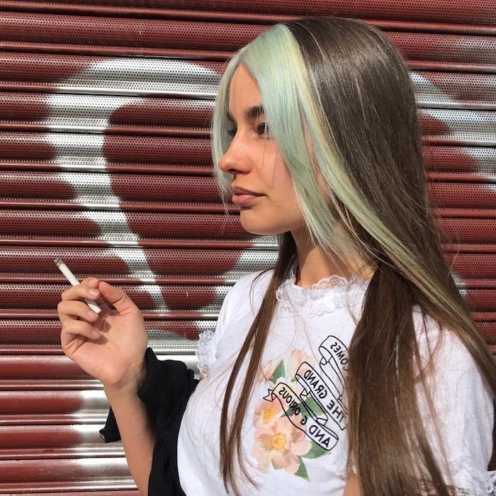 couleur cheveux tendance 2021 meche verte sur le devant