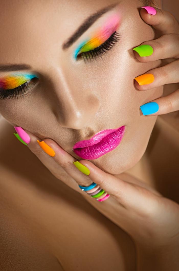 couleur ongle ete 2021 une femme qui a des onles fluo
