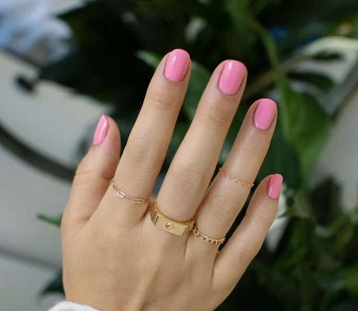 couleur vernis ete bague dorée tendance manucure estivale longueur ongles semi longs
