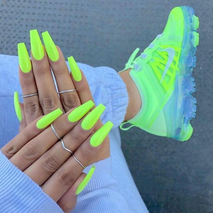 couleur vernis tendance ete 2021 le vernis vert fluo et des chaussures néon