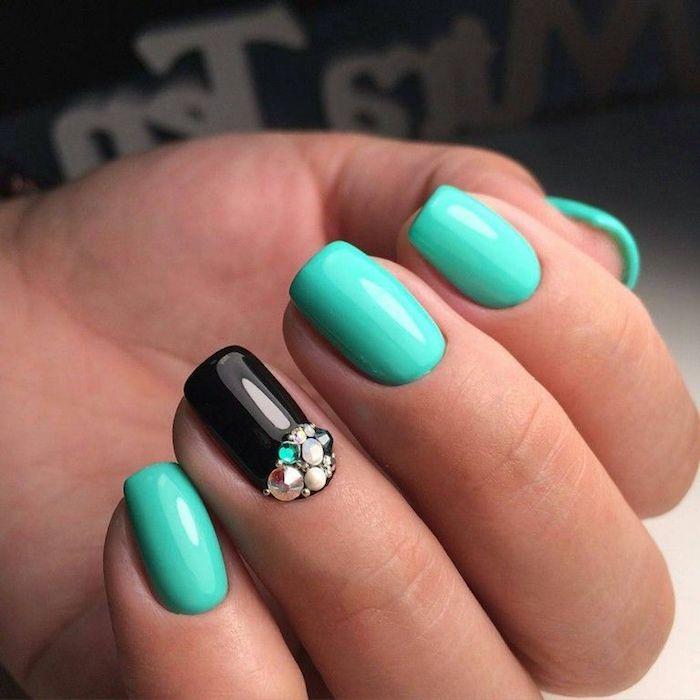 couleur vernis turquoise décoration sur un seul doigt vernis de base noir embellissement cristaux