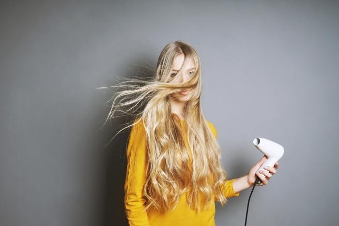 coupe cheveux épais femme blouse jaune moutarde outil coiffure maison cheveux longs blonds
