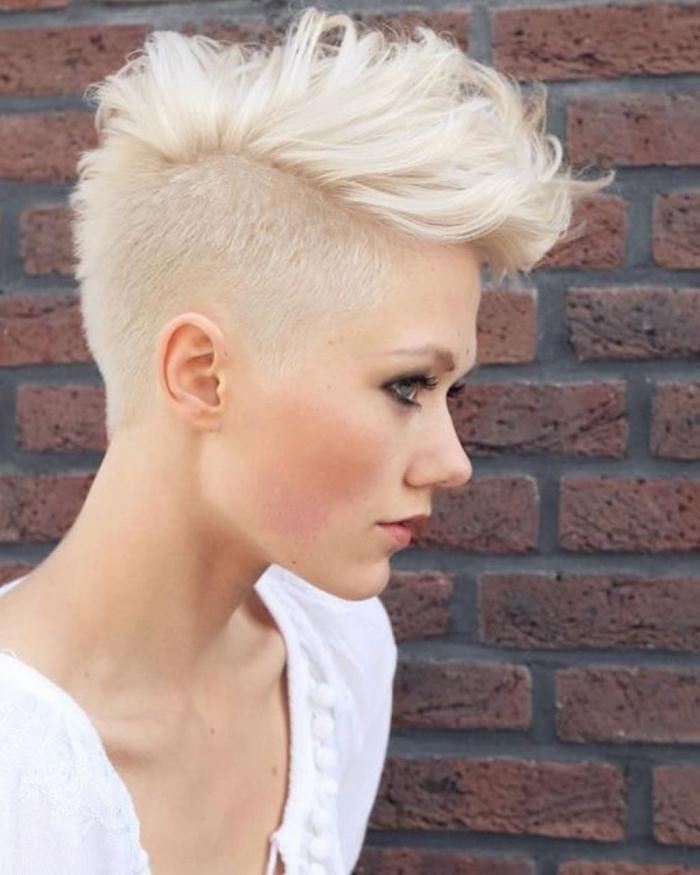 coupe cheveux épais femme coloration blond polaire coiffure cheveux courts volume sur le haut de tête