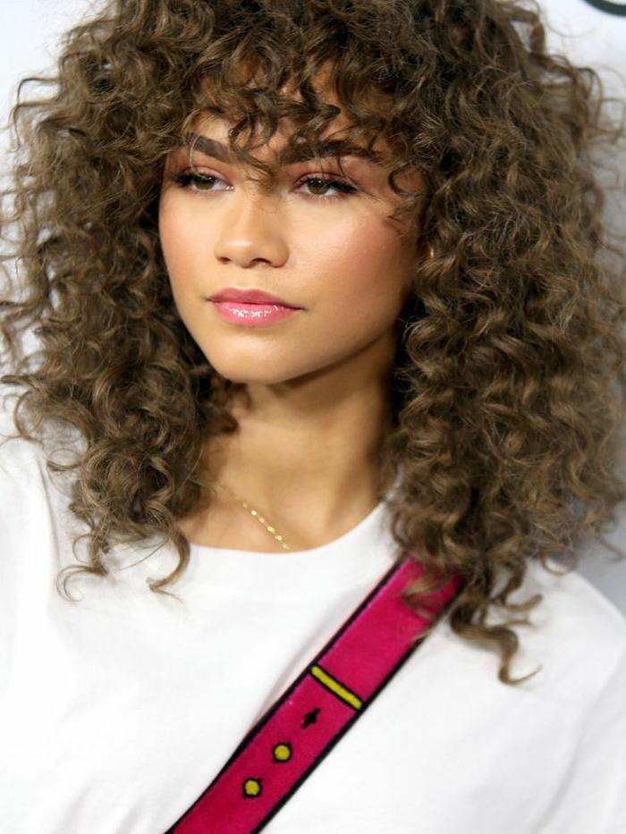 coupe cheveux bouclés carré plongeante zendaya avec des cheveux bouclés resized