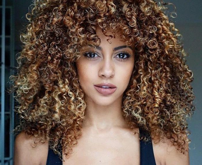 coupe cheveux bouclés carré plongeante une femme avec des cheveux marrons bouclés resized