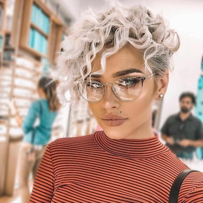 coupe courte femme 2021 femme blonde avec une coupe pixie resized