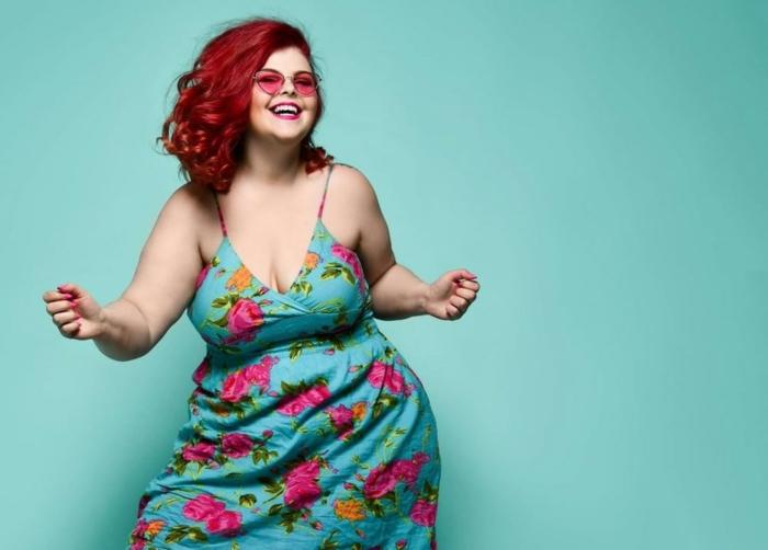 coupe courte femme forte qui danse dans une belle robe bleue resized
