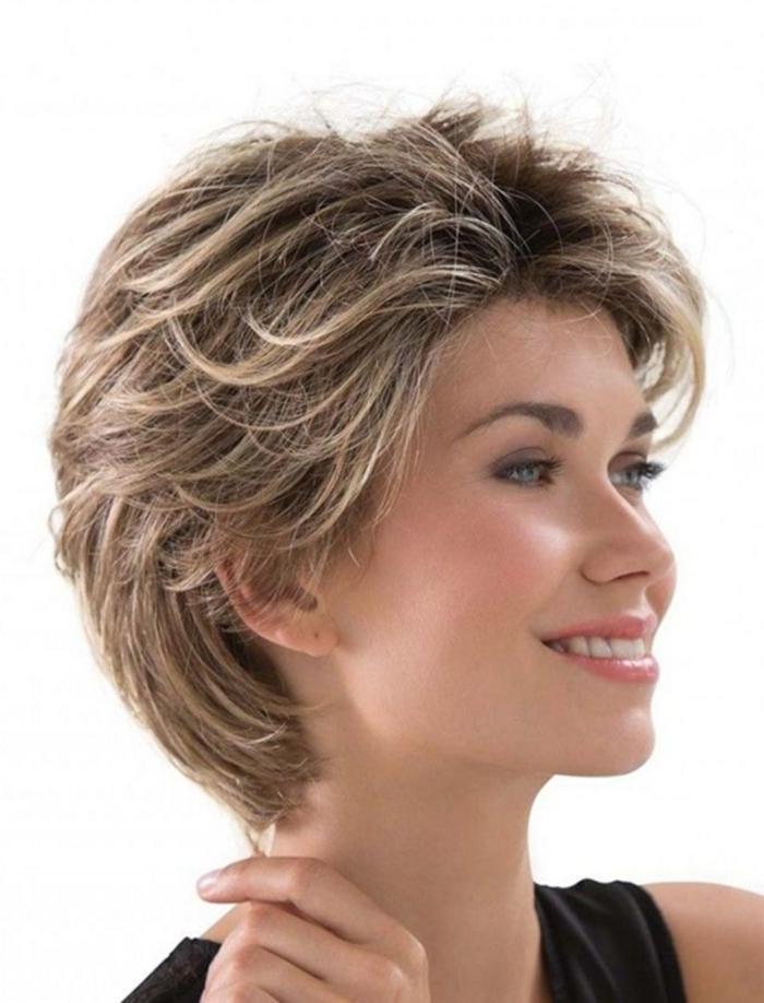 coupe de cheveux courts pour femme technique capillaire brushing années 80 méches blondes