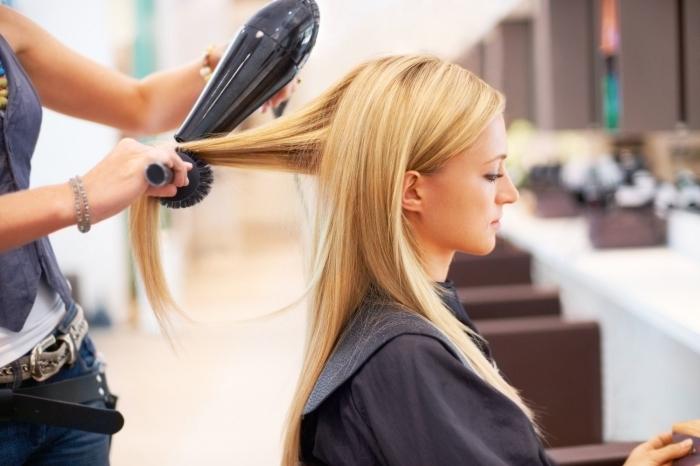coupe de cheveux femme long technique lissage de cheveux avec brushing seche cheveux brosse