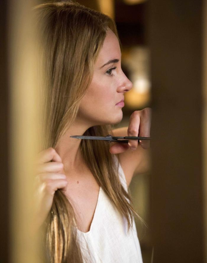 coupe très courte cheveux frisés tris coupe ses cheveux avec des ciseaux resized