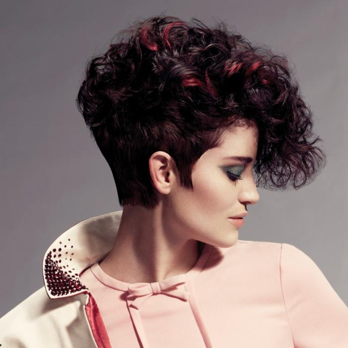 coupe très courte cheveux frisés une femme avec des cheveux rouges en coupe pixie resized