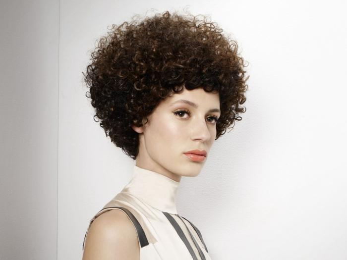 coupe très courte cheveux frisés une femme avec une couffure boule resized