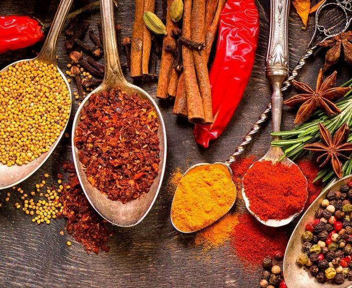 cuisine méditerranéenne différentes épices spécifiques dans des cuillères curcuma paprika