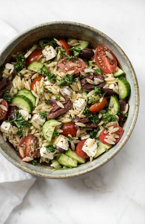 cuisine méditerranéenne salade de tomates et de concombres dans une coupe