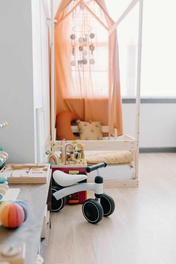 déco de lit montessori cabane avec ciel de lit mobile bébé et coussins moelleux