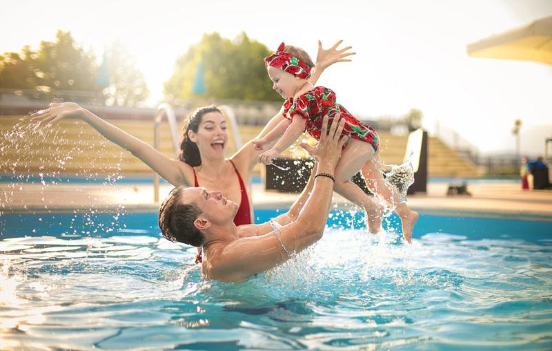 decoration piscine une famille qui se divertit dans la piscine