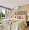 design chambre a coucher tapis couleur taupe motifs climatiseur split fenêtre mur
