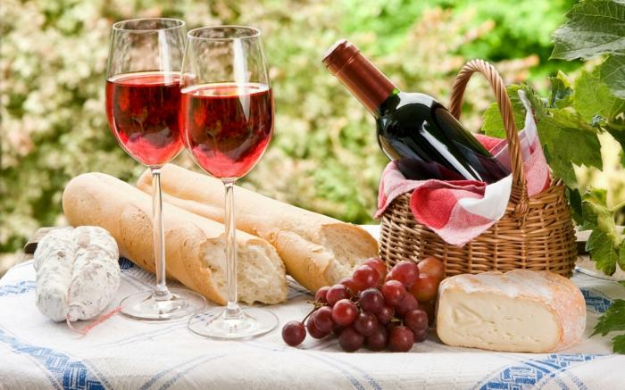 diète méditerranéene vin rouge versé dans deux verres accompagné d'une baguette