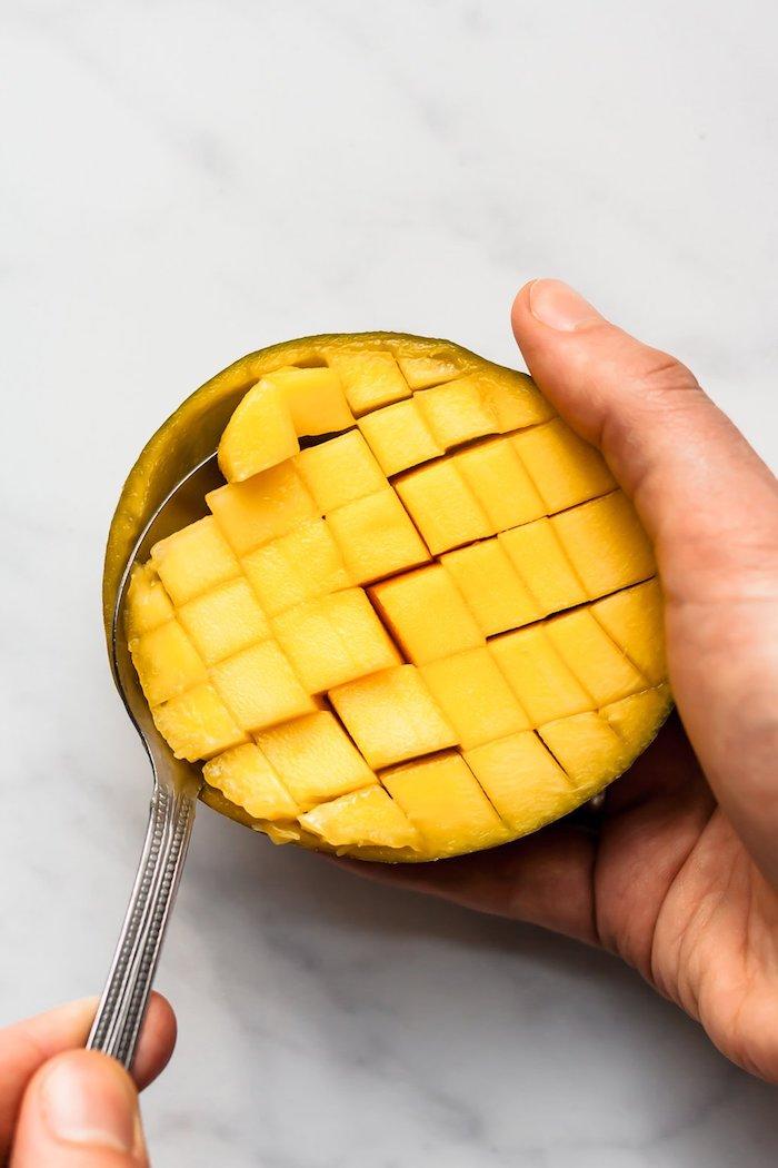 eplucher une mangue très facilement à l aide d une cuillère