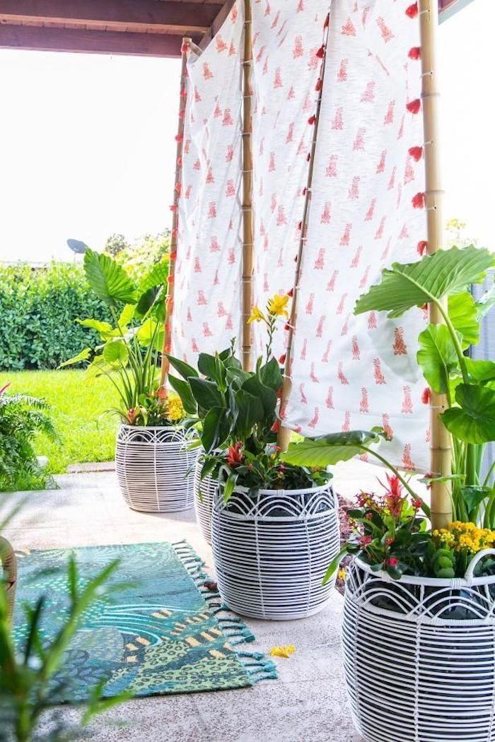 exemple de brise vue bambou et toile de tissu dans jardinières