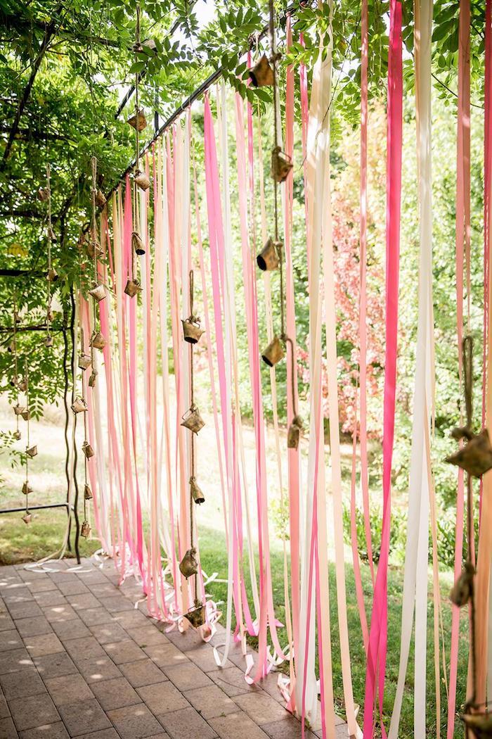 exemple de pare vue jardin avec des chutes de ruban rissu et des clochets separation visuelle